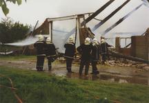 950005 Brandweer bezig met het blussen van een brand in een boerenschuur in de Dijckmeesterpolder bij Philippine