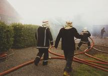 950007 Brandweer bezig met het blussen van een brand in een boerenschuur in de Dijckmeesterpolder bij Philippine