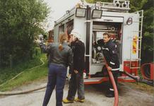 950012 Brandweer bezig met het uitrollen van brandslangen bij een brand in een boerenschuur in de Dijckmeesterpolder ...