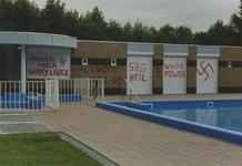 950031 Bekladding van de gebouwen van het zwembad aan de Zwembadstraat te Sas van Gent met neo-nazistische leuzen