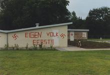 950032 Bekladding van de gebouwen van het zwembad aan de Zwembadstraat te Sas van Gent met neo-nazistische leuzen