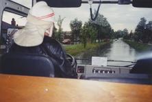 960176 Wateroverlast in de Papegeulestraat in de wijk St. Albert te Sas van Gent na hevige regenval gezien vanuit een ...