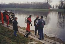 970112 Duikoefening van de brandweer ter hoogte van de fabriek van Cerestar aan de Westkade te Sas van Gent