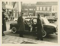 1683 Installatie van M.K. van Dijke als burgemeester van de gemeente Axel. Dhr. van Dijke arriveert met ...