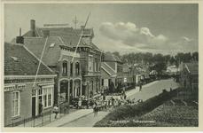 HAN-P-55 De Schoolstraat te Hansweert met links het café van C. den Boer en vervolgens de broodbakkerij van P. den ...