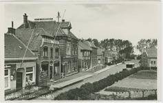 HAN-P-56 De Schoolstraat te Hansweert met links het café van C. den Boer en vervolgens de broodbakkerij van P. den ...