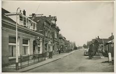 HAN-P-57 De Schoolstraat te Hansweert met links het café van C. den Boer en vervolgens de broodbakkerij van P. den ...