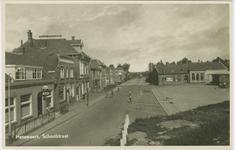 HAN-P-58 De Schoolstraat te Hansweert met links het café van C. den Boer en vervolgens de broodbakkerij van P. den ...