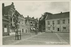 HUL-P-11 De Grote Markt met met het stadhuis en oude gevels te Hulst