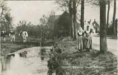 KLD-P-262 Twee meisjes in Walcherse dracht in een dorp