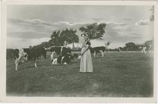 KLD-P-54A Een vrouw in Zuid-Bevelandse dracht in een wei met koeien