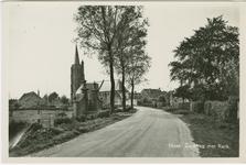 NIS-P-28 De Zuidweg te Nisse met het toegangshek van het voormalige slot en zicht op de Nederlandse Hervormde kerk