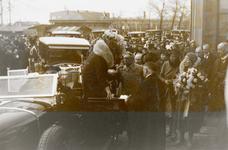 18240 Bezoek van de koninklijke familie ter gelegenheid van de opening van de vernieuwde Buitenhaven. Bij het station ...
