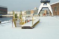 52413 Terrein van de Koninklijke Scheldegroep in de sneeuw. De afbouwkade noord met kraan en kraanbaan in Vlissingen