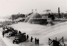 17769 Tweede Wereldoorlog. Brandweeroefening aan het Kanaal bij de Keersluis