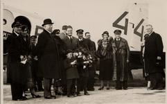 20236 Groepsfoto op het vliegveld bij Vlissingen voor het vliegtuig de 'Uiver', registratie PH-AJU - 44, Douglas DC-2, ...