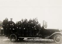 21210 De Vlissingse brandweer. Tweede van links L. vd. Steen (met platte pet), gymleraar, overl. 1968. Tweede van links ...