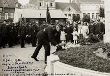 21212 Brandweerkorpsen in Deinze in België. De commandant van de brandweer van Deinze, Scheerlink legt een bloemstuk op ...