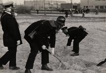 21215 Luchtbeschermingsoefening van de Vlissingse brandweer aan de Van Dishoeckstraat in Vlissingen. Het afdekken van ...