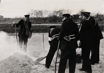 21218 Luchtbeschermingsoefening van de Vlissingse brandweer in Vlissingen. Het afdekken van een brandbom