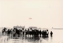 25181 Het strand van Vlissingen met op de boulevard het Grand Hotel des Bains.