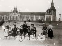 25191 Het Vlissingse strand en het Grand Hotel des Bains. Het hotel werd gebouwd in de jaren 1885-1886, geopend op 26 ...