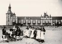 25204 Het Vlissingse strand en het Grand Hotel des Bains. Het hotel werd gebouwd in de jaren 1885-1886, geopend op 26 ...