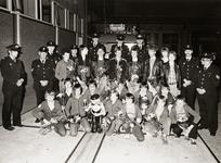 25598 Groepsfoto van de Vlissingse jeugdbrandweer op de achterplaats van de brandweercentrale in Vlissingen na de ...