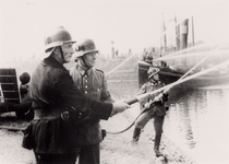 26238 Tweede Wereldoorlog. Brandweeroefening aan het Kanaal bij de Keersluis. Links: Dhr. Lute