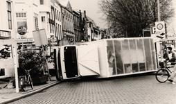 26540 Foto van een gekantelde verhuiswagen op de Nieuwendijk, hoek Sarazijnstraat.