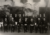 2665 Groep personen met o.a. loodsen. Vijfde van rechts Jhr. Mr. J.W. Quarles van Ufford.