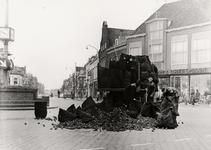 27754 Op het Betje Wolffplein verliest een auto van een Vlissingse kolenhandel een deel van de lading.