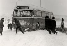 28042 De bus Vlissingen-Koudekerke, in de sneeuw gestrand op de Koudekerkseweg tijdens de barre winter 1962-1963.