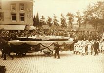 28086 De Landbouwtentoonstelling te Vlissingen. Op het Bellamypark ziet men de wagen 'Maatschappij Zeeland boot varende ...