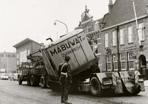 28103 Het wegdek in de Coosje Buskenstraat werd licht beschadigd toen een graafmachine van een vrachtauto afgleed.