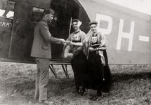 28318 Een vliegtuigpiloot van Fokker schenkt een ticket aan Maria de Pagter en Ka van Keulen uit Souburg t.g.v. de ...