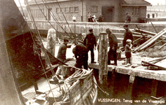 33826 VLISSINGEN. Terug van de Visvangst Vis lossen van de Vli.17 bij de helling aan de Vissershaven. De vissersmannen ...