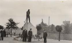 33962 De Vlissingse brandweer in Deinze in België. Kranslegging bij het monument van een gesneuveld brandweerman