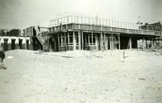 35558 Herbouw van het badpaviljoen aan het badstrand op Boulevard Evertsen gezien vanaf het strand. Architect J.S. ...