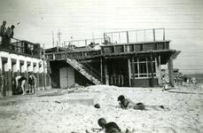 35559 Herbouw van het badpaviljoen aan het badstrand op Boulevard Evertsen gezien vanaf het strand. Architect J.S. ...