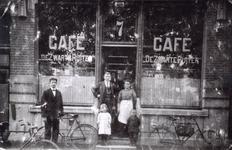 37676 Café De Zwarte Ruiter , Bellamypark 7, aan de westzijde. In de deuropening staan eigenaar Johannes Baptist ...