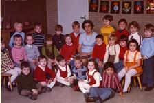 40180 Klas Prinses Irene kleuterschool aan de Wilhelminastraat met juf J.P. Rijpkema-Guérand. Bovenste rij van l. naar ...
