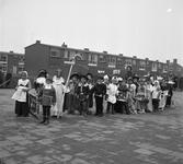 41841 Gecostumeerde optocht kleuterschool de Woelwaters. De kleuters op het schoolplein van de Jan Ligthartschool, hun ...