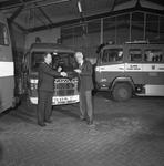 44017 Nieuwe auto voor de Vlissingse brandweer. Overdracht door burgemeester Van der Doef (rechts)