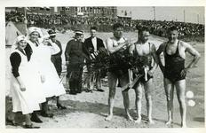45285 Deelnemers en organisatie op het badstrand bij de jaarlijkse Scheldebeker zwemwedstrijd van Breskens naar Vlissingen.