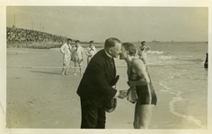 45287 Burgemeester C.A. van Woelderen verwelkomt een zwemster op het badstrand bij de jaarlijkse Scheldebeker ...