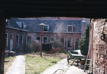 45507 Het hofje de Pauw, omsloten door de Beursstraat, Breewaterstraat en Noordzeestraat.De toegang is via een poort ...