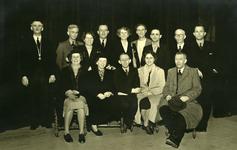 47938 Toneelvereniging 'Het Vlissingsch Schouwspel' Groepsfoto voor het toneelstuk 'De zaak Anna Daalders', okt. 1950. ...
