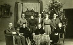 47939 Toneelvereniging 'Het Vlissingsch Schouwspel'. Groepsfoto voor het toneelstuk 'De fam. Gregory', dec.1955