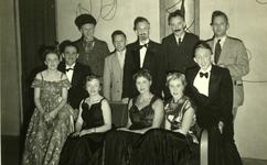 47944 Toneelvereniging 'Het Vlissingsch Schouwspel'. Groepsfoto voor het toneelstuk 'Passie 4444', okt. 1951